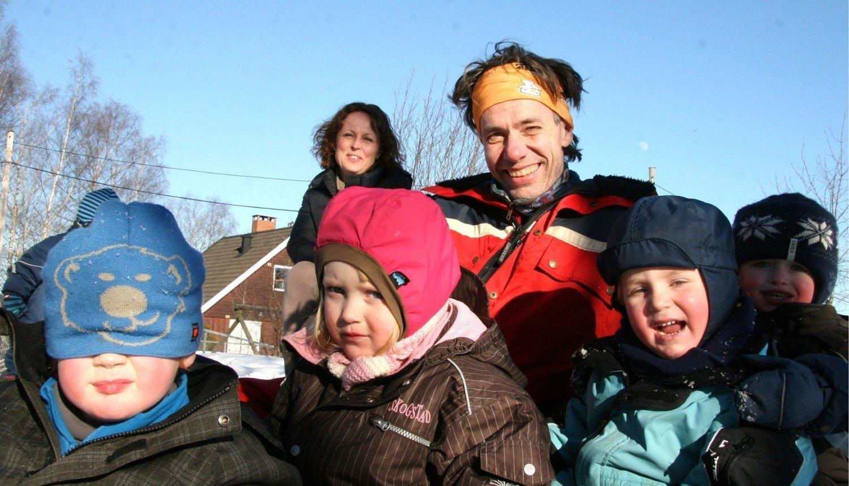 Barnehageansatte har verdens viktigste jobber, ifølge e Siw Stenbrenden (bak). Her med Per Arne Markussen, ansatt i Korsvolltoppen barnehage. Barna fra venstre: Magnus, Tiril, Henrik Leon og Nikolai.