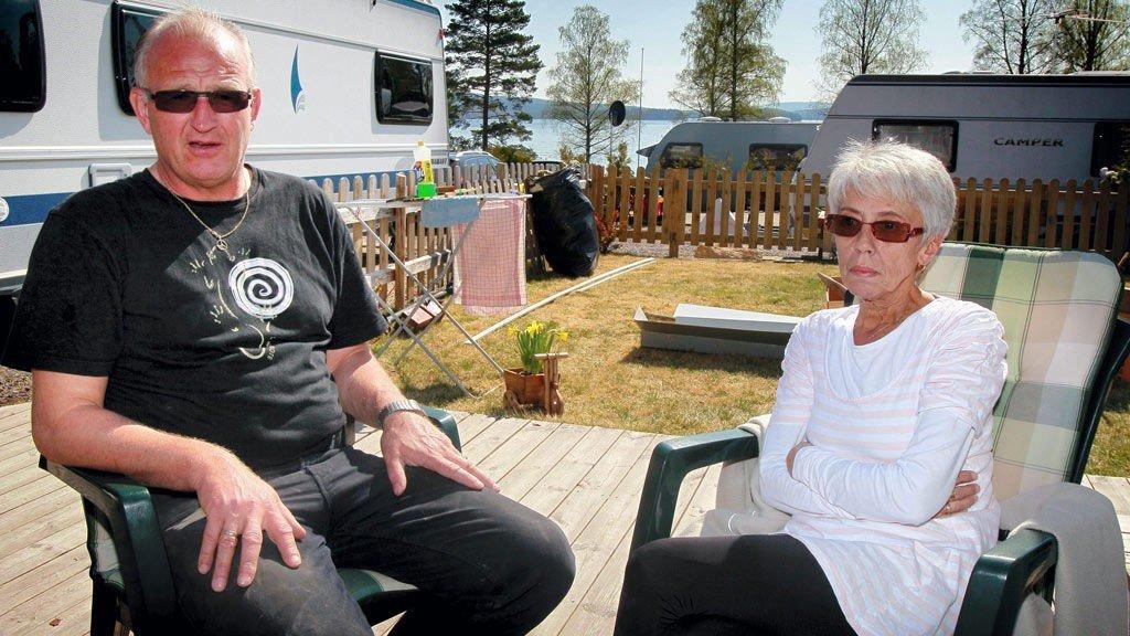 TUNGE TANKER: Stebestefar Jan Nerli og bestemor Kari Bekkevold sitter igjen med mange tanker etter det dramatiske som skjedde med barnebarnet som var med dem på Haganäset camping utenfor Charlottenberg.