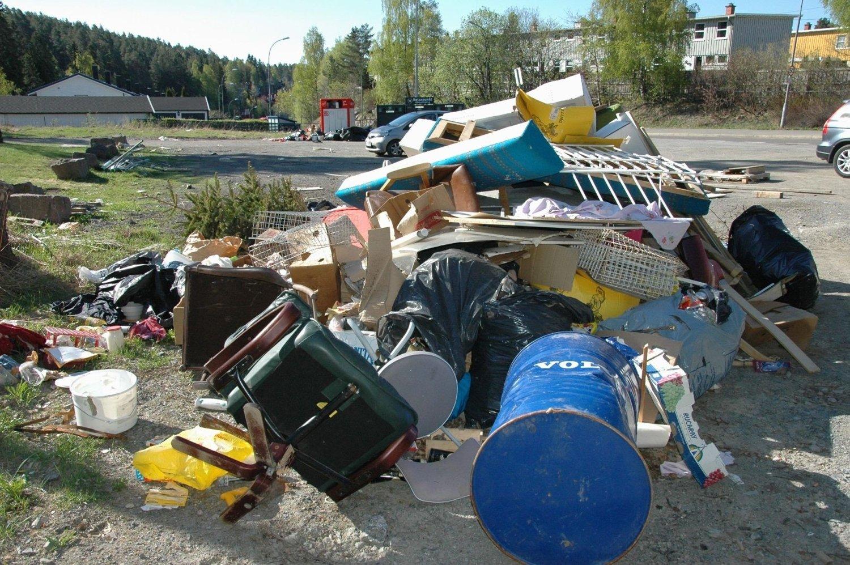 Det ser ikke pent ut på dette området ved Hellerudveien på Oppsal, etter at noen har dumpet et stort søppellass med alt fra møbler og tønner til malingsspann og juletrær.
