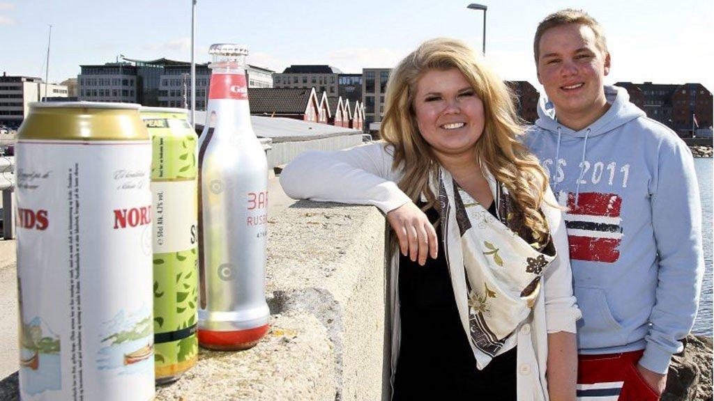 Vil ha endret loven: Nestleder Veronica Christiansen og leder Joakim Sennesvik i Bodø Unge Høyre vil ha fjernet lovparagrafen som forbyr alkohol på offentlig sted.