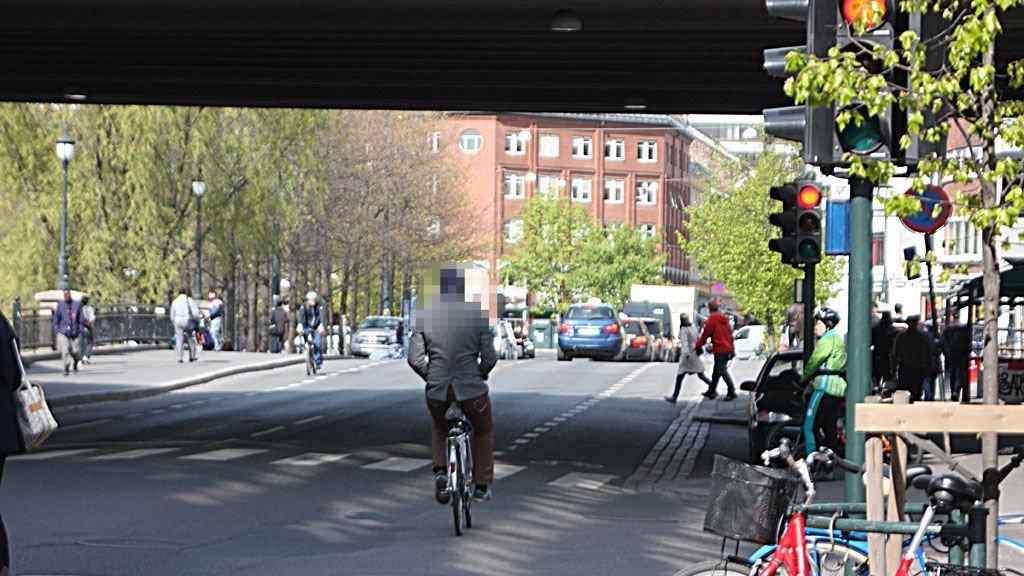 Denne syklisten valgte å sykle på rødt lys med begge hendene ned i lommene.