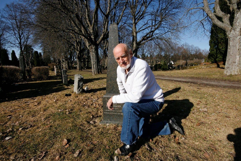 Arne Iversen måtte betale 10.000 kroner for å få sette sønnens urne i familiegraven som slekta har betalt festeavgift på siden tidlig 1900-tall.