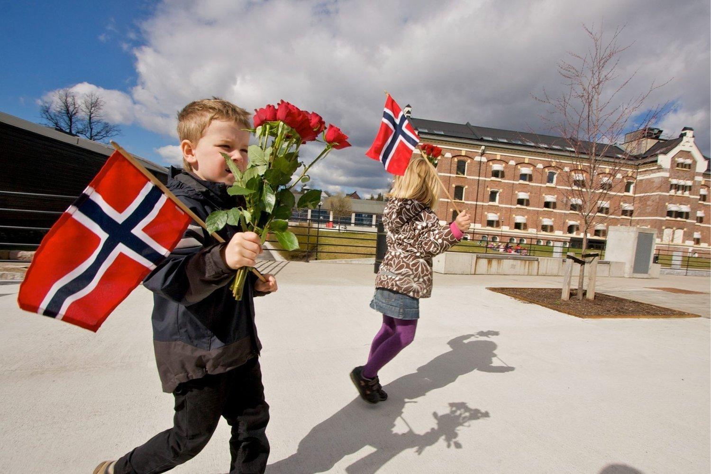 Maja Melvold Flåto og Leo Moreno Christiansen fra Sanatoriet barnehage sto for blomsteroverrekkelsen til kongeparet da de besøkte bydelen 17. mai 2010. Her øvde de to i Nydalen da Nordre Aker Budstikke var innom.