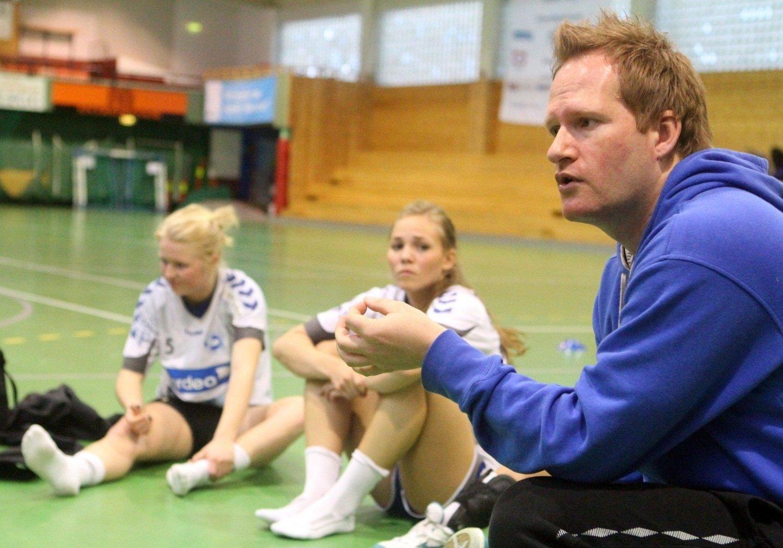 Nordstrands nye trener, Bendik Berg (38), i prat med spillerne etter treningskampen mot Postenliga-laget Stabæk sist tirsdag. Gjengen fra Bærum vant oppgjøret i Nordstrandhallen 39–27.