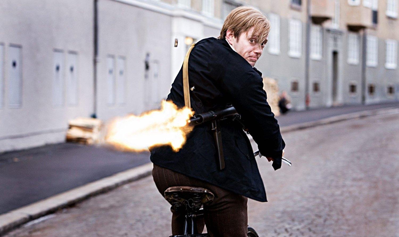 Max Manus, her potrettert av Aksel Hennie i filmen «Max Manus», skal endelig hedres med en statue. Avdukingen skjer på Akershus festning tirsdag formiddag.