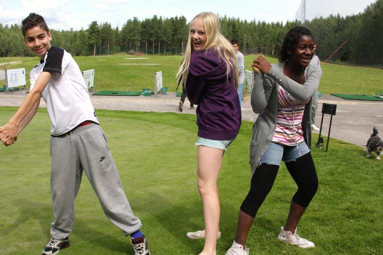 Karwan Mamhassan, Emilie Letnes og Ama Hewton alle tre fra 8A på Lofsrud skole med sin versjon av golfspillere i aksjon til ære for fotografen. (Og det var før første leksjon. red.anm.)