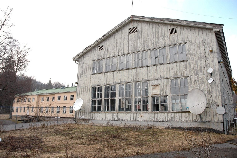 I FRITT FORFALL: Bygningene på Skar leir bærer preg av å ha stått ubrukte i flere år. Flere av lagerbyggene er fredet, og pålegger kommunen som eier å holde dem ved like.