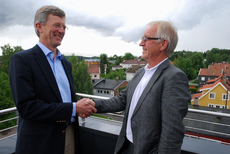 Thor-Even Strømme (til høyre) blir takket av Carl Oscar Pedersen for det gode samarbeidet. FOTO: VIDAR BAKKEN
