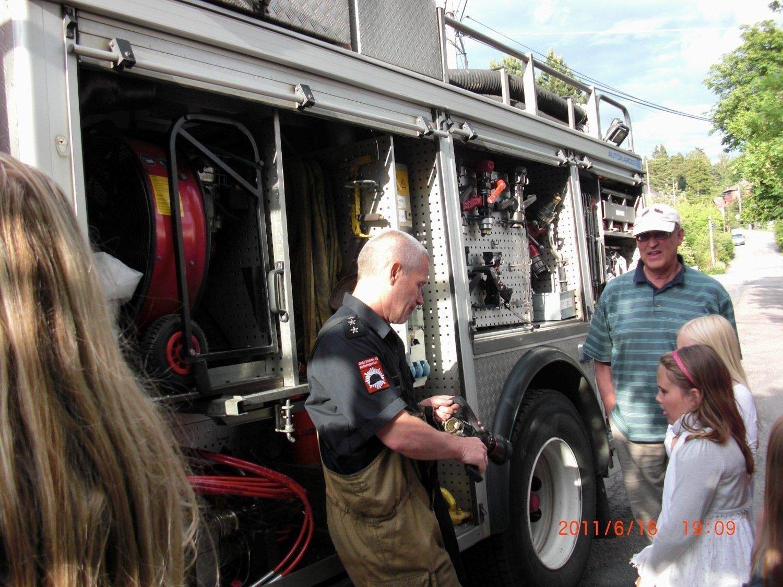 POPULÆR GJEST: Store og små satte pris på at Kastellet brannstasjon tok seg tid til å besøke gatefesten i Jomfrubråtveien.