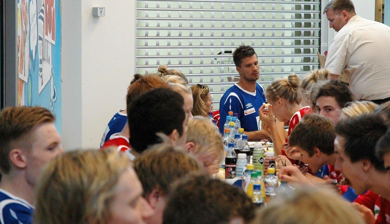 LUNSJ: Kristian Kjelling og de 31 heldige elevene på håndballcampen hans fikk lunsj av Claus R. Eriksen på Spar Tåsen. (TRYKK PÅ BILDET FOR Å SE FLERE)