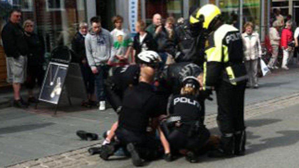 I BAKKEN: Politiet legger 17-åringen i bakken.