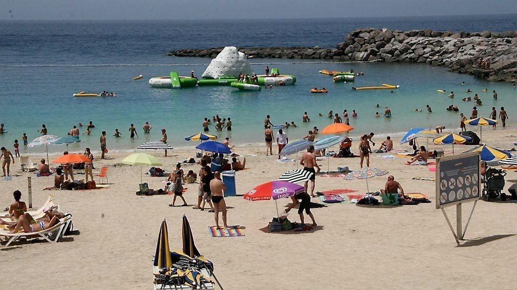 MANGE VIL HIT: Blir det for mange regndager, er nok denne stranden på Gran Canaria et sted i varmere strøk nordmenn vil fylle opp.