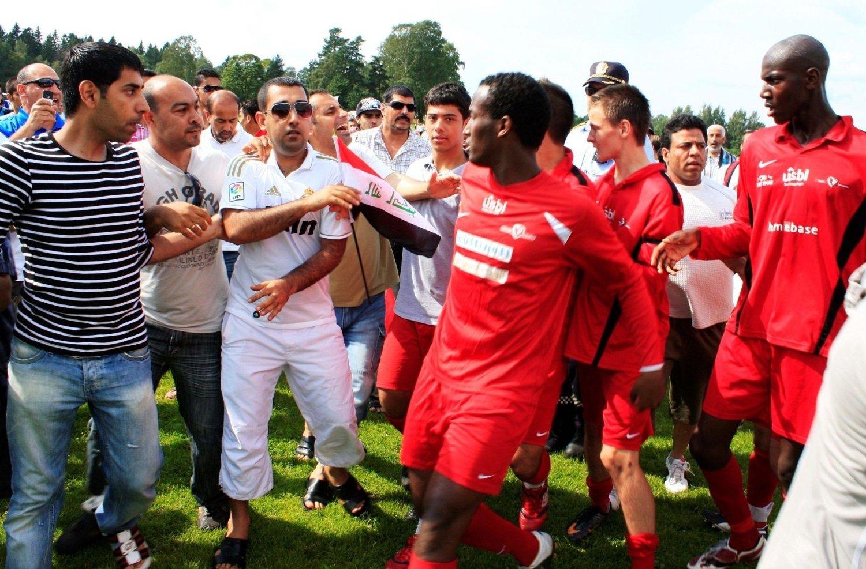 DRAMATIKK: Etter 1-0-seieren over Holmlia mandag, stormet Al-Minna-fansen banen. Så sa det pang!