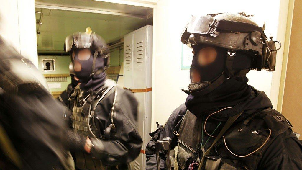 Både Forsvarets spesialkommando og Oslo-politiets beredskapsgruppe skal anonymiseres på bilder. Her har de kommet seg om bord i skoleskipet Gann under fjorårets øvelse Gemini.