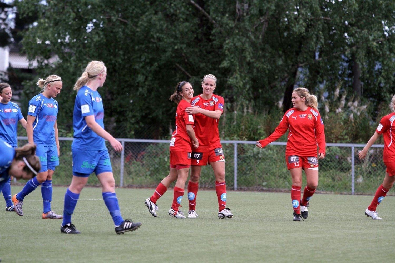 Fantastisk scoring: Elise Thorsnes (midten) blir gratulert av Kine Kvalsvik (t.v.) og Katrine Dreier Andresen etter suseren i krysset som fastsatte sluttresultatet til 5-0 over LGT.