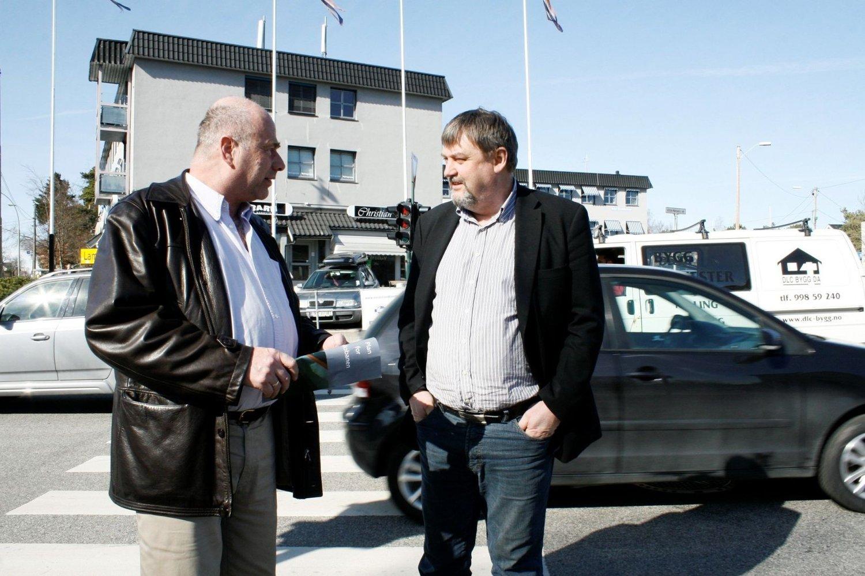 Begge kan bli BU-leder: Leder av Nordstrand Ap, Steinar Andersen, (t.v.) og Arve Edvarsen, leder av Nordstrand Høyre, er spente på utfallet av valgkampen. På bildet er de i samtale på Sæterkrysset, fredag møter du dem i Lambertseter senter.