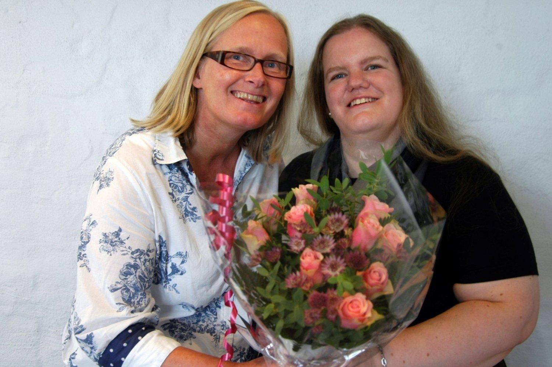 VINNEREN: Med seieren i Schibsteds romanseriekonkurranse får Marianne MacDonald (t.h.) 200.000 kroner, og gitt ut serien om Oslo-historien. Her gratuleres hun av forlagsdirektør Wenche Haugsand.