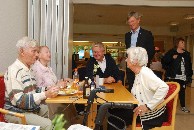 Fabian Stang spiste lunsj med ekteparet Ragnar og Irmgard Steen-Hansen og Ellen Øwre. Stående er BU-leder Carl Oscar Pedersen. begge FOTO: VIDAR BAKKEN