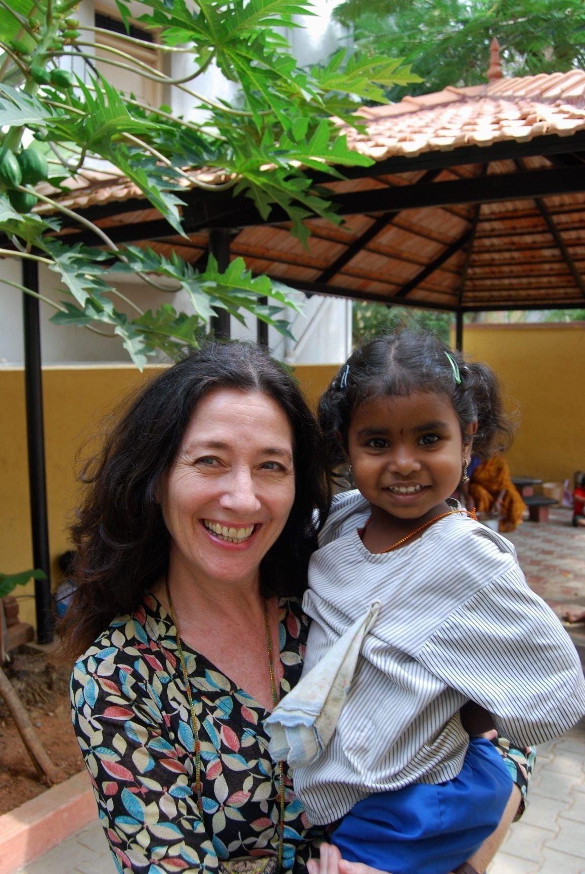SOLIDARITET: Maj Britt og Indrani. Mange norske barn har blitt kjent med jenta fra Bangalore, India, dette året.