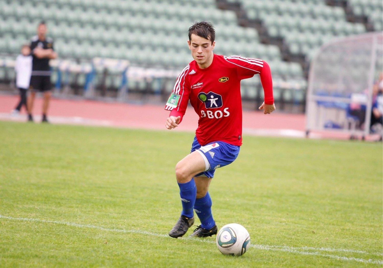 Bardh Shala (20) rykker her fra Senja-forsvaret rett før sutt i søndagens 2.-divisjonsoppgjør på Bislett stadion. Kort tid etter lobbet Skeid-spissen elegant inn 5–0.