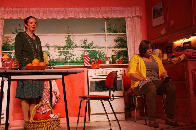 MOR OG DATTER: Her har moren (Marit Østbye) akkurat fått servert nyheten om at datteren Janicke (Marika Enstad) vil ta sitt eget liv med pistolen hun har funnet fram fra kjøkkenskuffen. Teaterstykket «Natta, Mamma» byr på en to timers reise mot en ubønnhørlig slutt.
