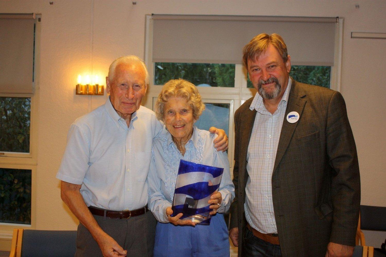 HEDRET: Liv og Asmund Steenstrup mottok en spesialdesignet Høyre-vase og blomster fra Arve Edvardsen.