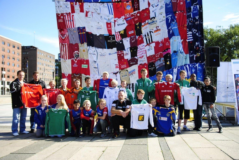 Flere lag fra Oslo og Akershus kom til Rådhusplassen for å donere drakter lørdag formiddag.