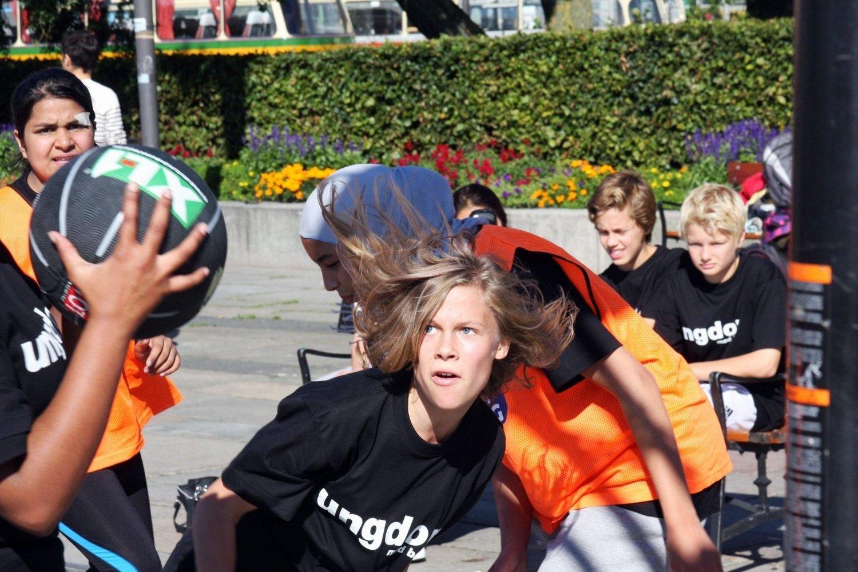Knokkelkamp: Ingenting å si på innsatsen da Bjørnholt og Majorstua (i sorte drakter) møttes et stykke ut i turneringen, og isposene fikk armer og bein å kjøle ned.