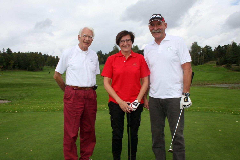GOLFPARADIS: Jan Henrik Høivik (t.v) ønsker Trine Åse Brekk og Bjørn Granerød Pedersen velkommen til Gjersjøen golfklubb