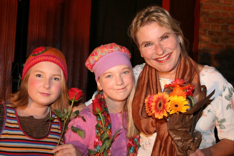 Sine Hammer (12) og Emilie Klokkerud (12) syns det er kjempegøy å spille teater. Her sammen med gruppas leder Tove S.Christiansen.