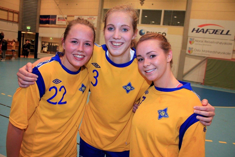 VINNERGLIS: Kristine Breistøl gliste godt sammen med lagvenninnene Ellen Nordal (t.v.) og Martine Welfler etter seieren over Hønefoss i junior-NM tirsdag kveld.
