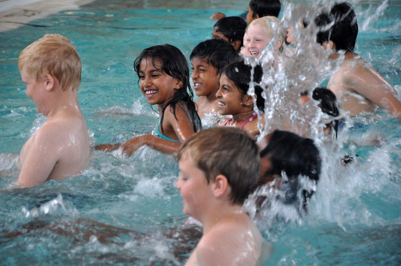 Alle barna skal kunne svømme. På Nordtvet bad har flere barn svømmetrening.