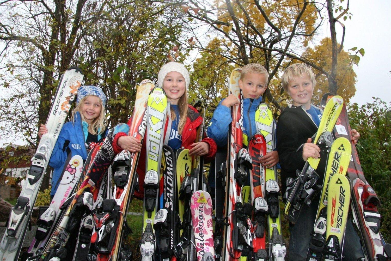 KUPP: Mulig å gjøre kupp på bruktmessa helgen 4 - 6. november - blant annet når det gjelder slalomski - her fra venstre alpinistene Celia Thelle, Nora Schie Larsen, Leander Thelle og Iver Walday Næss, og som alle er enige om at de gleder seg veldig til snøen endelig kommer.