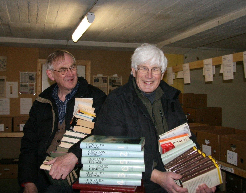tusenvis: Lions Club avd. Berg har lagret tusenvis av bøker inne i fjellet på Bakkehaugen, og vil gjerne beholde lokalene, fra venstre Henning Stene og Harald Eikeland.