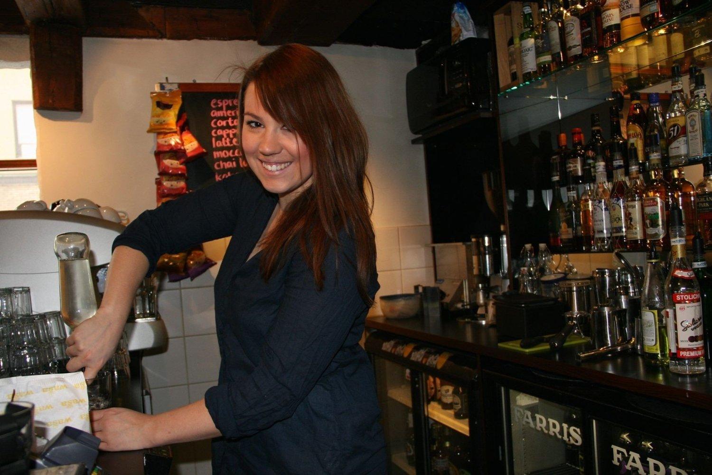 GØY BAK BAREN: – På Magneten er det super stemning, og en herlig mix av gjester, sier bartender Erica Gill Andersson. Hun har noen gode råd til dem som skal på byen.