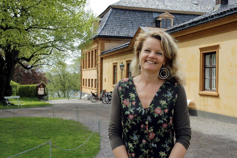 Ønsker alle velkommen: Daglig leder ved Bogstad Gård, Birgitte Espeland,på utsiden av hovedbygningen.