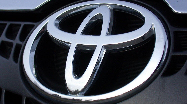Toyota solgte flere biler enn GM og VW i første kvartal.