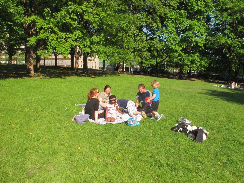 Perfekt parkvær: Mange nyter livet i Oslos parker om dagen. Pinsen kan bli siste sjanse på en stund.