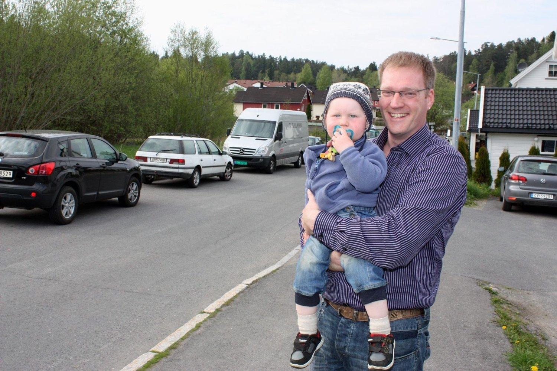 GLEDE: – Det er mange barnefamilier på Ellingsrudflaten, så det er med glede vi får høre at det planlegges barnehagebygging her, sier Jardar Wollan Mellesdal med sønnen Ingar på 1 1/2 år.