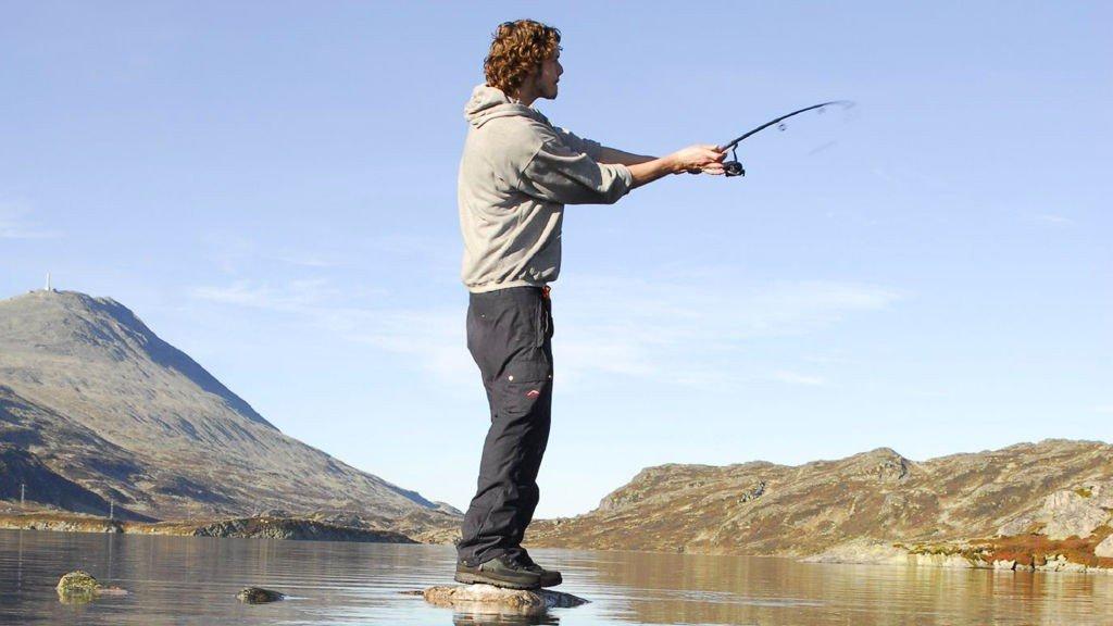Vi prøver fiskelykken i ett av vannene ved foten av Gaustadtoppen.