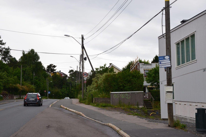 Bussholdeplassen Smedberg på Abildsø har mistet uværsskuret sitt.