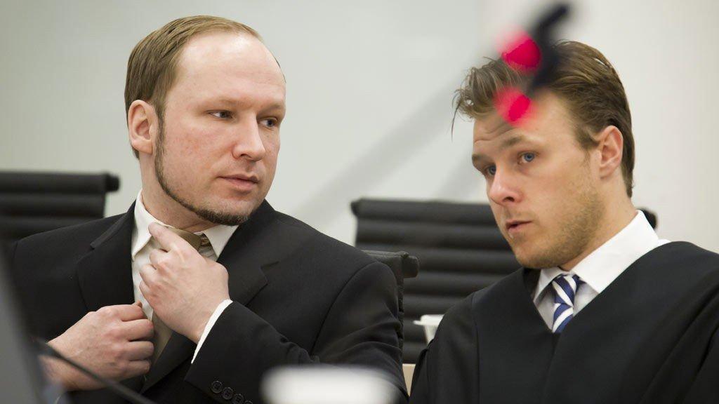 Terrorrettssaken mot Anders Behring Breivik i Oslo tingrett 2012. Anders Behring Breivik med egne notater og medforsvarer Tord Jordet i rettssal 250 tirsdag i syvende uke i rettssaken der Anders Behring Breivik står tiltalt for terrorangrepet i Oslo og på Utøya 22. juli 2011.