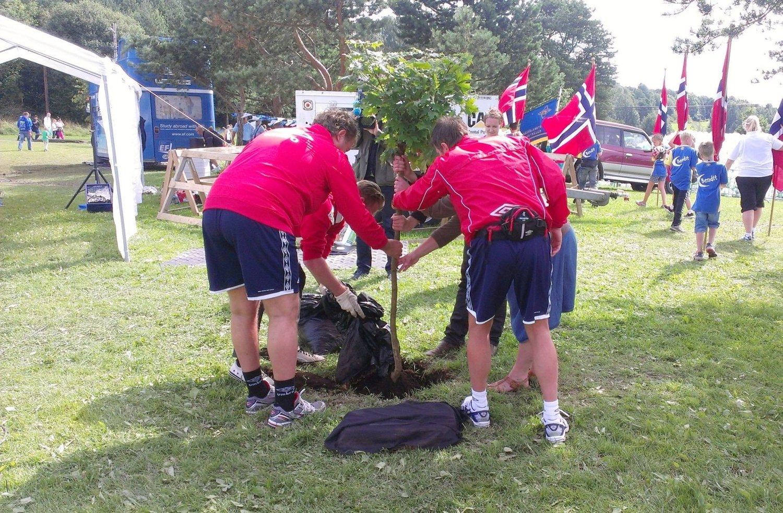 Treet til minne om ofrene fra 22. juli-terroren ble plantet på Ekebergsletta søndag, ett år etter den store minnekonserten med rosetog på sletta.
