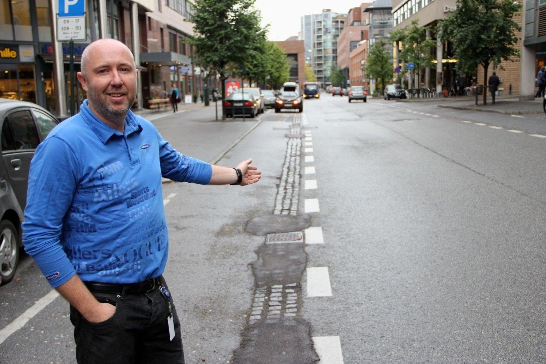 Roy Staurvik forteller at sykkelfeltet for mange er det eneste parkeringsalternativet i en gate med få muligheter for å stoppe eller parkere.