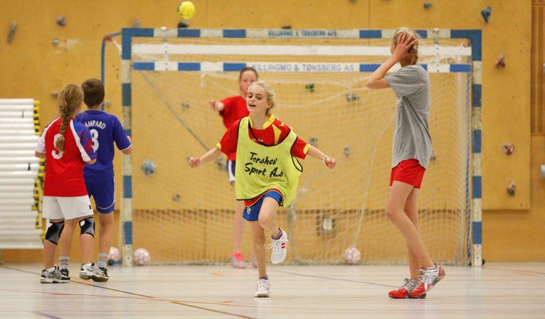 GØY: Over 55 barn deltok på håndballskolen i Skøyenhallen i høstferieuken.