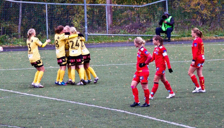 Mens LSK feirer scoring, depper Røa-spillerne.
