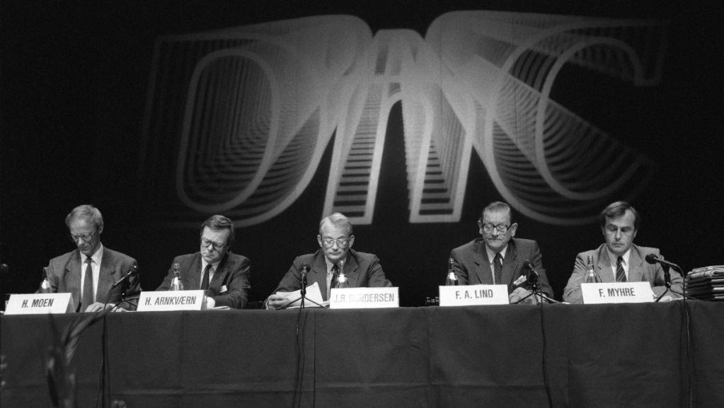 Generalforsamling i Den norske Creditbank ( DnC ) etter bankens milliardtap året før . Ved styrebordet sitter Harald Arnkværn ( nr.to f.v.) som har fungert som administrerende direktør, styreformann Jon R. Gundersen (i midten) , representantskapets formann Frithjof A. Lind og F. Myhre.