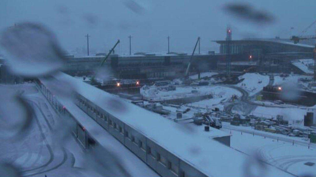 Mye sludd og snø preget Gardermoen tirsdag formiddag. Bildet er av byggingen av den nye ankomst- og avgangshallen.