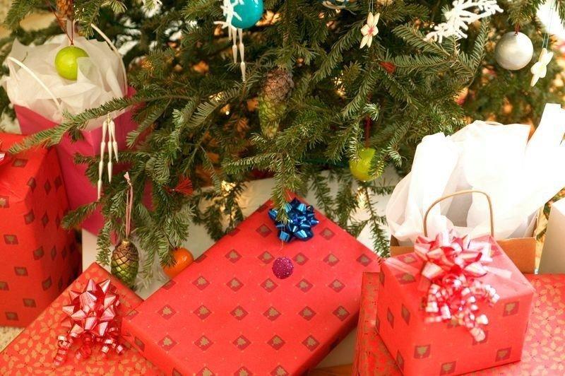 JULEGAVER: Snart fylles det opp med pakker under landets juletrær. Ifølge en julehandelsundersøkelse fra Nets/TNS Gallup planlegger oslofolk å bruke 5898 kroner i snitt på julegaver.