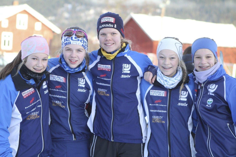 FEM BLIDE JENTER: 14-åringene Karen Frankrig (venstre), Vilde Øvreeide, Henriette Smeby, Synne Røstadsand og Ingvil Ahlsand etter årets første skirenn i Sørkedalen. Bildetekst